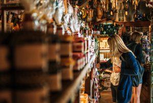 Girl Shop Souvenirs Woman Shelf - kasjanf / Pixabay